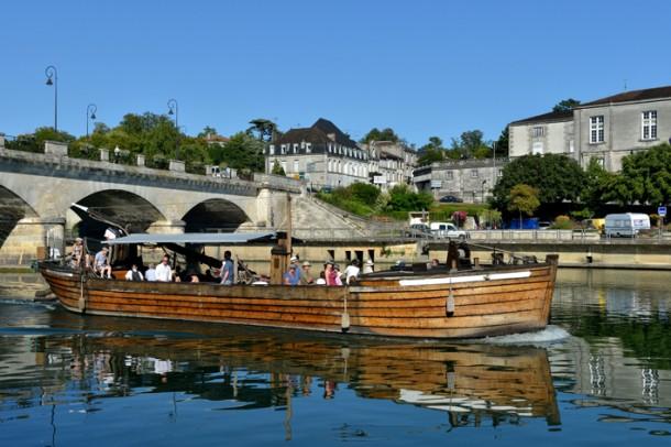 Barco en el rio Charente en Cognac pais del Cognac Poitou Charentes Francia 610x406 - Last second!! SVE en Francia con salida en Septiembre! Quien se apunta se va!