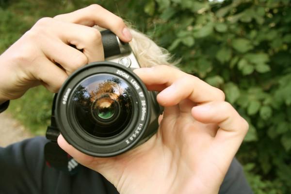"""sacando foto e1359655161457 - Premio fotográfico: """"Mi viaje a la solidaridad 2013"""""""