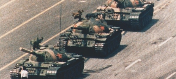 world-press-photo-winner-1989-tiananmen-square-man-in-front-of-tanks1
